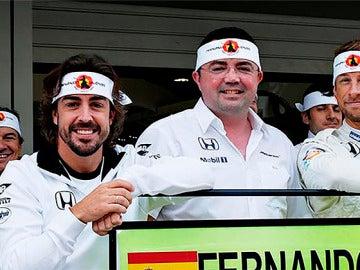 Fernando Alonso y su equipo lucen la banda samurai.