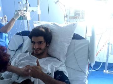 Carlos Sainz levanta el pulgar en el hospital