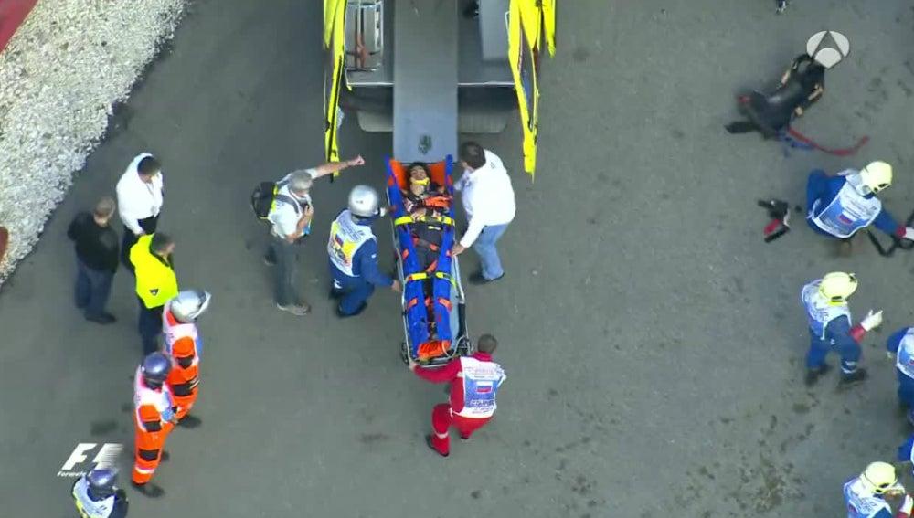 Carlos Sainz, trasladado en camilla