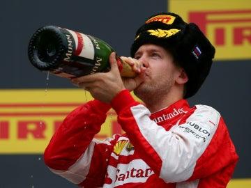 Vettel saboreal el champán del podio