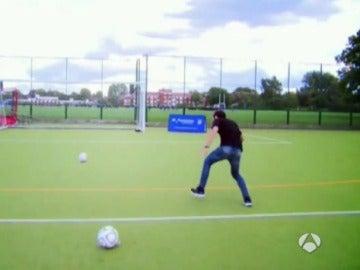 Juan Mata, en el reto del 'gol mareado'