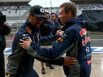 Ricciardo y Kvyat bailan bajo la lluvia