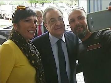 Florentino Pérez posa junto a unos aficionados para un 'selfie'