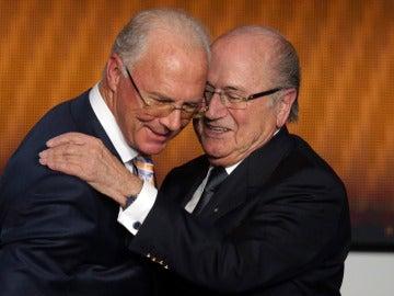 Joseph Blatter (d) abraza a Franz Beckenbauer (i)
