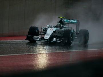 Rosberg, bajo la intensa lluvia texana