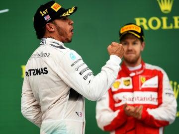 Lewis celebra su Mundial delante de Vettel