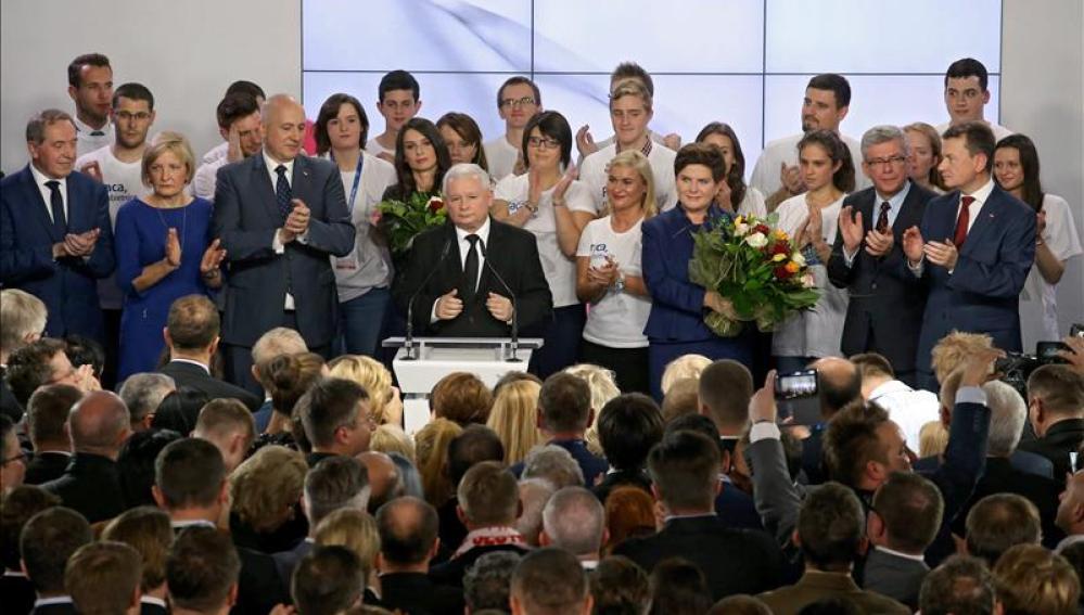 El líder de Ley y Justicia, Jaroslaw Kaczynski durante su discurso tras conocer los datos