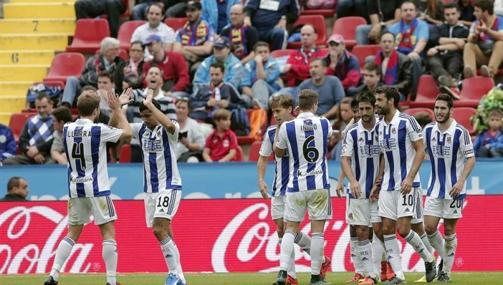Los jugadores de la Real Sociedad celebran un gol en el Ciutat de Valencia