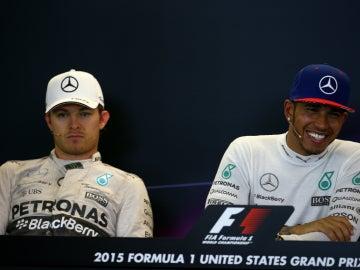 Lewis sonríe ante un serio Rosberg