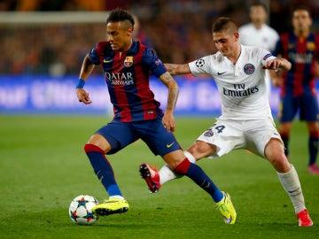 Neymar conduce el balón ante la presión de Verratti