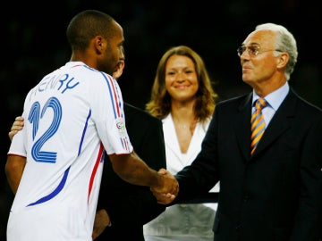 Franz Beckenbauer saluda a Henry durante la final del Mundial de 2006