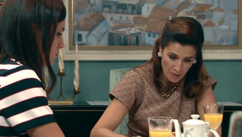 Adela y Sofía preocupadas por la llegada de Tomás
