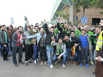 Los aficionados del Villanovense, antes del partido
