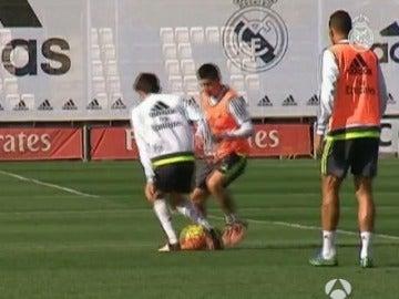 James le hace un caño a Enzo Zidane