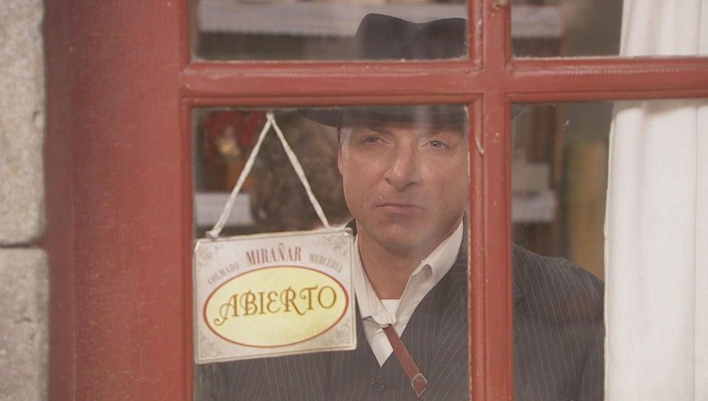 Ramiro y Alfonso son vigilados por un extraño forastero