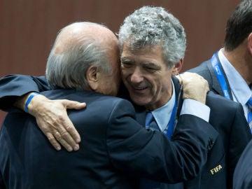 Blatter abraza a Villar