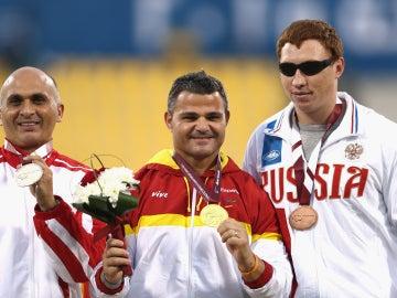 David Casinos (centro) celebra el oro en lanzamiento de disco