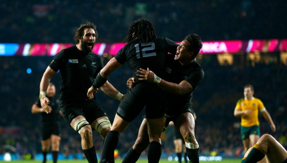 Los jugadores de Nueva Zelanda celebran un ensayo conseguido contra Australia