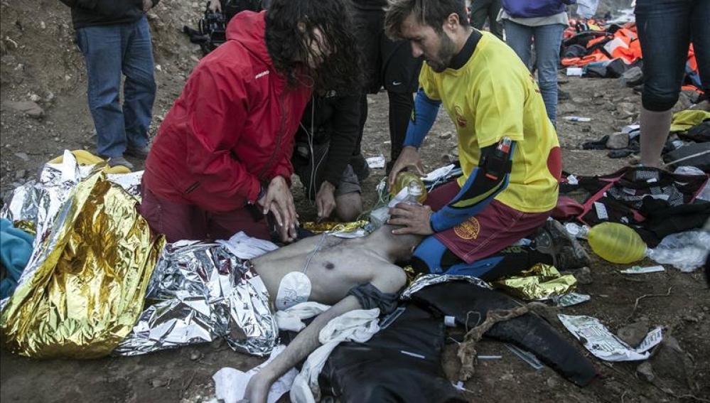 Guardacostas griegos desempeñan las tareas de rescate