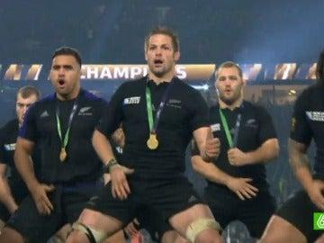 Los jugadores de Nueva Zelanda celebran su victoria