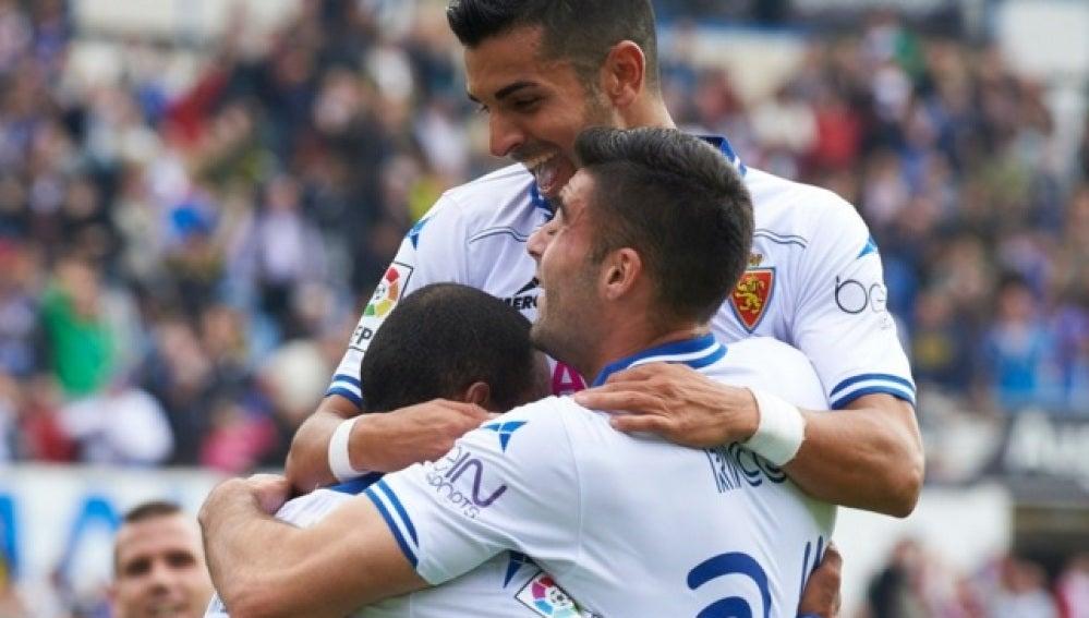 Los jugadores del Zaragoza se abrazan tras un gol