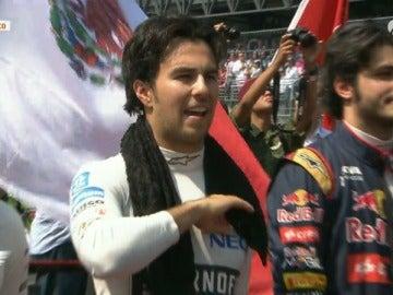 'Checo' Pérez, cantando a viva voz en el GP de México