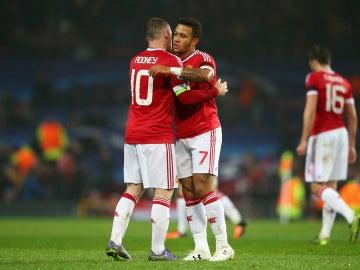 Rooney y Depay se abrazan en el partido del United