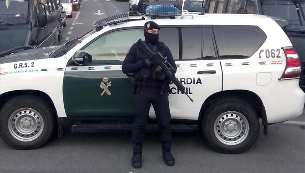 Un agente de la Guardia Civil hace guardia durante una operación