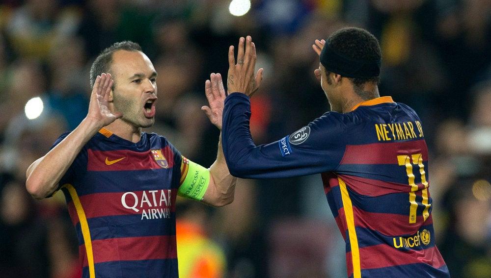 Neymar celebra su gol de penalti con Iniesta