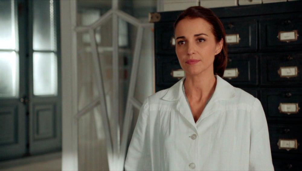 Ana siente que ha fracasado y regresa a su puesto de costurera