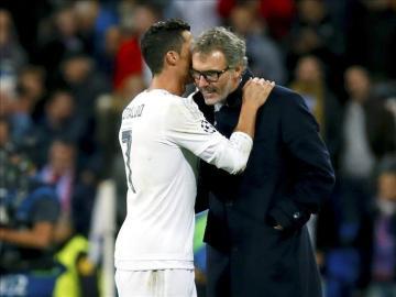Cristiano Ronaldo charla con Laurent Blanc.