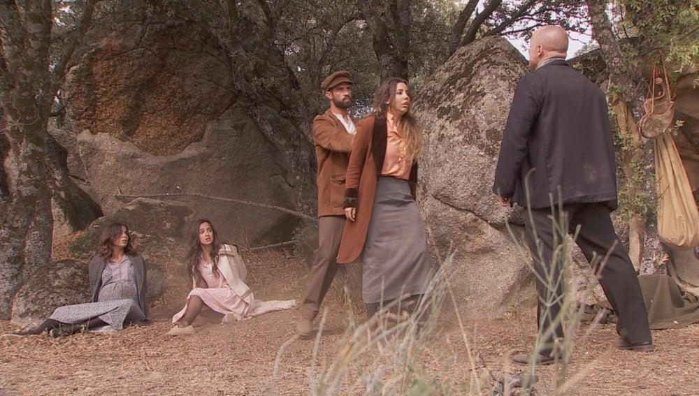 Mariana, Prado y Emilia se encuentran retenidas por el forastero