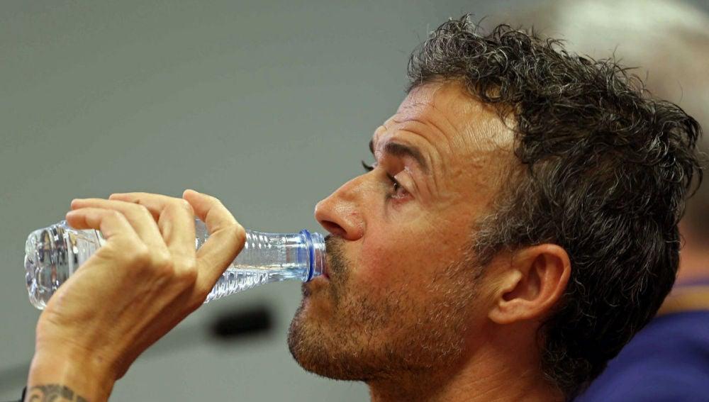 Luis Enrique bebe agua en la rueda de prensa