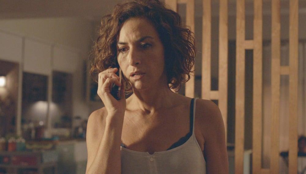 Marta habla por teléfono