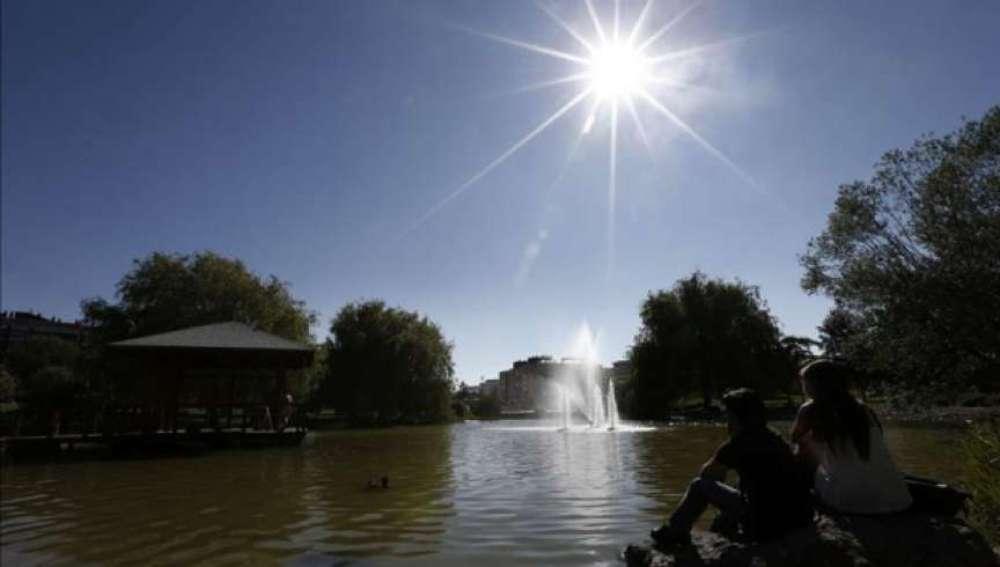 Sol en el lago del parque de Yamaguchi de Pamplona
