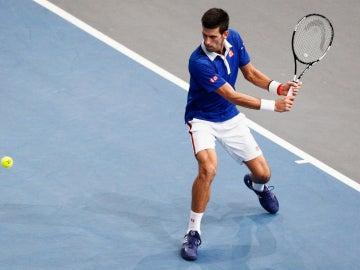 Novak Djokovic se dispone a golpear una bola