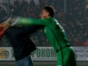 Anton Kanibolotskiy, portero del Shakhtar, golpea a un aficionado