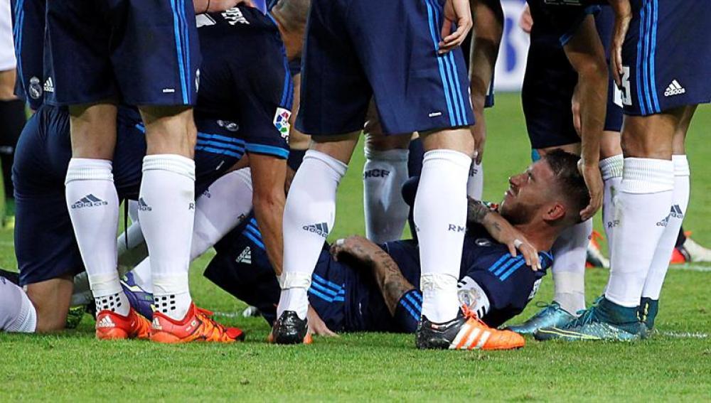 Sergio Ramos, lesionado del hombro en el partido frente al Sevilla