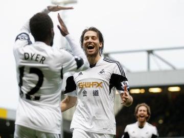 Michu celebra un gol con el Swansea