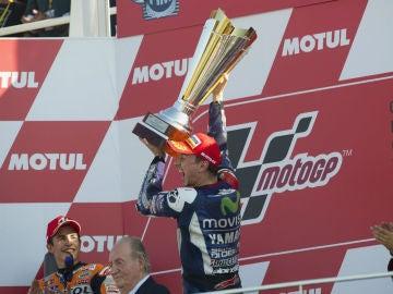 Lorenzo celebra su victoria en Cheste
