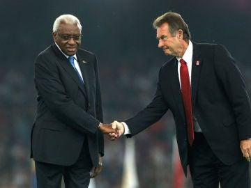 El expresidente de la IAAF, Lamine Diack (izquierda)