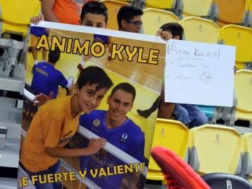 Un aficionado, con una pancarta de apoyo a Kyle Kuric