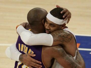 Kobe Bryant se abraza a Carmelo Anthony en el Madison