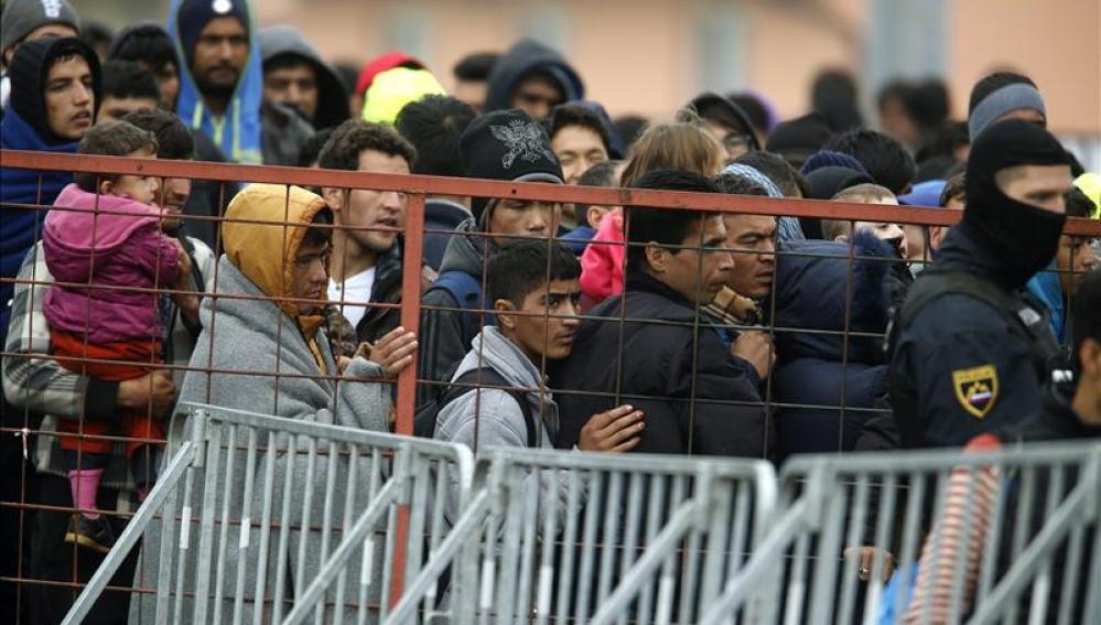 Refugiados a la espera de ser trasladados a Austria