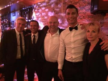 Cristiano Ronaldo, con Jorge Mendes y Carlo Ancelotti en la premiere de su película.