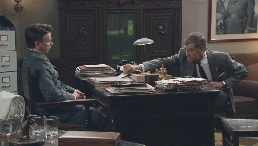 Eugenio intenta sobornar a Tomás para que se aleje de Adela y Sofía