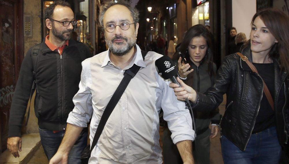 Los diputados de la CUP Antonio Baños y Benet Salellas, a su salida de la reunión