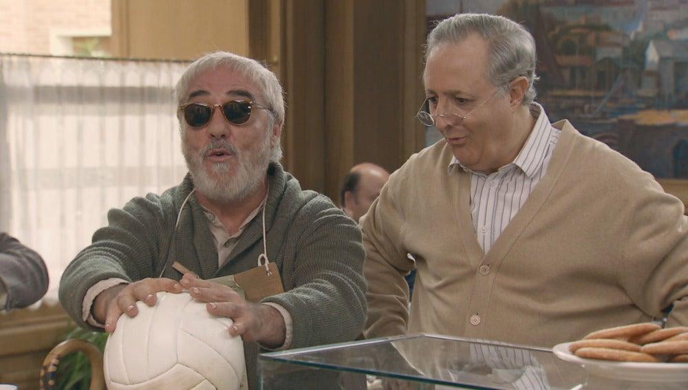 Agapito compra un balón muy especial para Marcelino