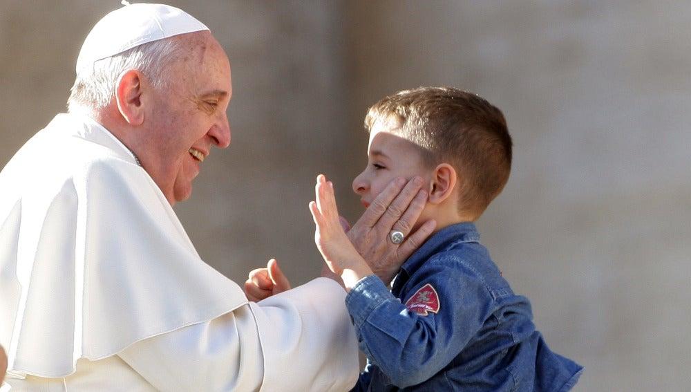 El Papa Francisco saluda con afecto a un niño