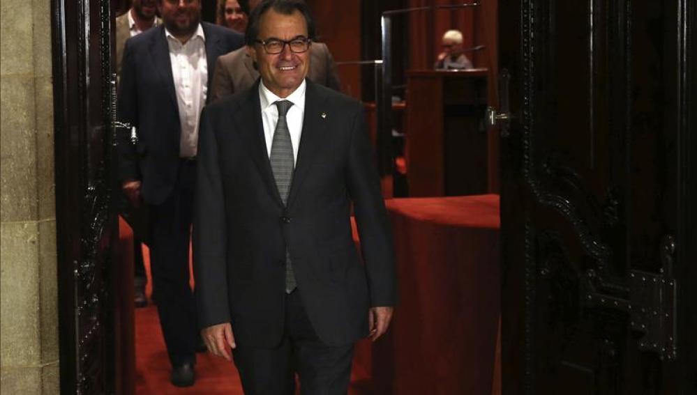 El presidente de la Generalitat en funciones, Artur Mas, saliendo del hemiciclo